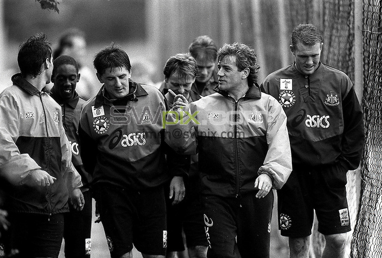 Pix:Michael Steele/SWpix...Soccer. Newcastle United training...COPYRIGHT PICTURE>>SIMON WILKINSON..Newcastles Kevin Keegan talks to his players after training.