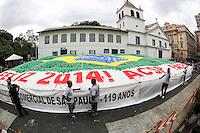 SAO PAULO, SP, 30.12.2013 - BALOES ASSOCIACAO COMERCIAL DE SAO PAULO - A Associação Comercial de São Paulo (ACSP) comemora a virada do ano com a tradicional soltura de 50 mil balões biodegradáveis, no Pátio do Colégio, nesta segunda-feira, 30. (Foto: William Volcov / Brazil Photo Press).
