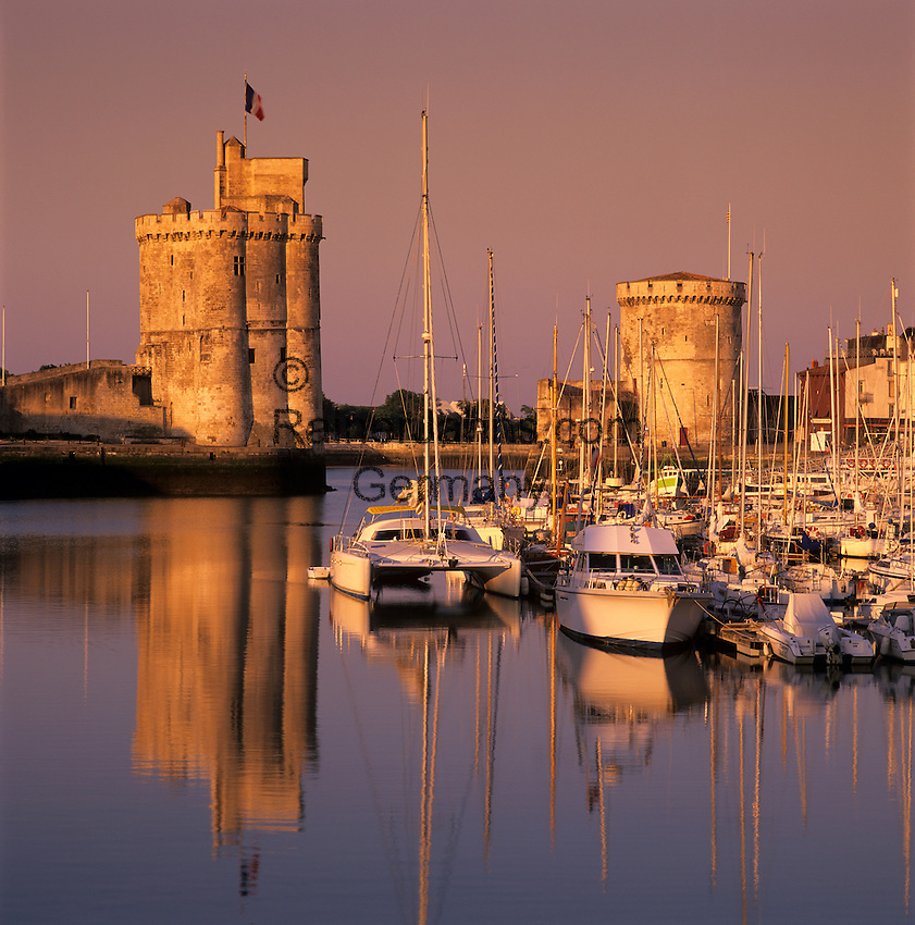 France, Poitou-Charentes, Charente-Maritime, La Rochelle: Vieux Port (The Old Harbour), with Tour St. Nicolas and Tour de la Chaine   Frankreich, Poitou-Charentes, Charente-Maritime, La Rochelle: Vieux Port (der alte Hafen), Hafenportal mit Tour St. Nicolas und Tour de la Chaine