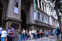 RIO DE JANEIRO, RJ, 10 DE JULHO DE 2013 -FILA DA EXPOSIÇÃO ´´A HERANÇA DO SAGRADO´´- Fila para a exposição ´´A Herança do Sagrado: Obras-primas do Vaticanos e dos Museus da Itália´´ no Museu Nacional de Belas Artes,centro do Rio de Janeiro nesta terça-feira 09.FOTO:MARCELO FONSECA/BRAZIL PHOTO PRESS