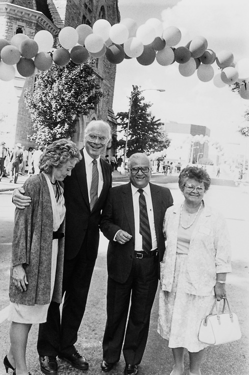Sen. Patrick Leahy, D-Vt., with wife Marcelle Pomerleau and Rep. Kika de la Garza, D-Tex., with wife Lucille on Aug. 7, 1988. (Photo by Andrea Mohin/CQ Roll Call)