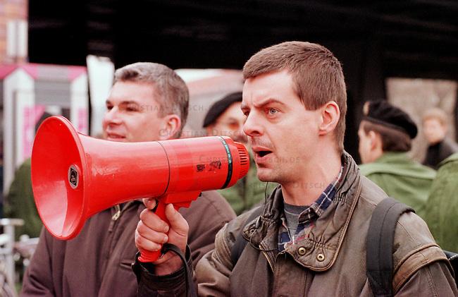 500 Mitglieder und Sympathiesanten der rechtsextremistischen NPD demonstrierten am Sonntag den 12. Maerz 2000 in Berlin anlaesslich des Jahrestages des Anschlusses Oesterreichs an Nazideutschland unter dem Motto: Wir sind ein Volk - Haende weg von Oesterreich. Verbote der Demonstration durch den Berliner Innensenat wurden von den Gerichten widerrufen. Einzige Auflagen fuer die NPD war der Verzicht auf Fahnen, Trommeln und kein Marsch durch das Brandenburger Tor.<br /> Hier: Der Berliner Rechtsextremist Rene Bethage gibt Anordnungen an die Demonstrationsteilnehmer.<br /> 12.3.2000, Berlin<br /> Copyright: Christian-Ditsch.de<br /> [Inhaltsveraendernde Manipulation des Fotos nur nach ausdruecklicher Genehmigung des Fotografen. Vereinbarungen ueber Abtretung von Persoenlichkeitsrechten/Model Release der abgebildeten Person/Personen liegen nicht vor. NO MODEL RELEASE! Nur fuer Redaktionelle Zwecke. Don't publish without copyright Christian-Ditsch.de, Veroeffentlichung nur mit Fotografennennung, sowie gegen Honorar, MwSt. und Beleg. Konto: I N G - D i B a, IBAN DE58500105175400192269, BIC INGDDEFFXXX, Kontakt: post@christian-ditsch.de<br /> Bei der Bearbeitung der Dateiinformationen darf die Urheberkennzeichnung in den EXIF- und  IPTC-Daten nicht entfernt werden, diese sind in digitalen Medien nach &sect;95c UrhG rechtlich gesch&uuml;tzt. Der Urhebervermerk wird gemaess &sect;13 UrhG verlangt.]