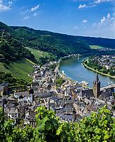 Deutschland, Rheinland-Pfalz, Moseltal, Bernkastel-Kues: Stadtteil Bernkastel und die Mosel | Germany, Rhineland-Palatinate, Moselle Valley, Bernkastel-Kues: Castle Landshut, district Bernkastel and river Moselle