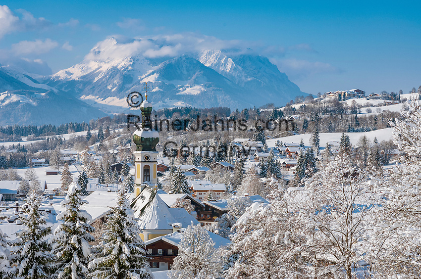 Deutschland, Bayern, Chiemgau, Reit im Winkl mit Kirche St.Pankratius und dem Kaisergebirge - Wilder und Zahmer Kaiser | Germany, Bavaria, Chiemgau, Reit im Winkl with church St. Pankratius and Kaiser mountain range