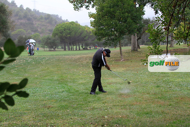 Thomas Levet (FRA) plays his 2nd shot from the rough on the 3rd hole during Friday's Round 2 of the Castello Masters at the Club de Campo del Mediterraneo, Castellon, Spain, 21st October 2011 (Photo Eoin Clarke/www.golffile.ie)
