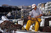 Europe/Espagne/Baléares/Minorque/Escatell : La cala es font - Pêcheur au retour de la pêche