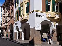 Laubengasse in Meran-Merano, Bozen &ndash; S&uuml;dtirol, Italien<br /> Laubengasse, Meran-Merano, province Bozen-South Tyrol, Italy
