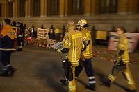 """Mahnwache unter dem Motto """"Berlin Brennt"""" der Berliner Feuerwehr vor dem Roten Rathaus fuer bessere Arbeitsbedingungen. Die Feuerwehrleute stehen seit dem 26. Maerz vor dem Roten Rathaus und protestieren gegen zu wenig Personal, unzureichendes Material, schlechte Arbeitsbedingungen und eine vergleichsweise niedrige Besoldung.<br /> 5.4.2018, Berlin<br /> Copyright: Christian-Ditsch.de<br /> [Inhaltsveraendernde Manipulation des Fotos nur nach ausdruecklicher Genehmigung des Fotografen. Vereinbarungen ueber Abtretung von Persoenlichkeitsrechten/Model Release der abgebildeten Person/Personen liegen nicht vor. NO MODEL RELEASE! Nur fuer Redaktionelle Zwecke. Don't publish without copyright Christian-Ditsch.de, Veroeffentlichung nur mit Fotografennennung, sowie gegen Honorar, MwSt. und Beleg. Konto: I N G - D i B a, IBAN DE58500105175400192269, BIC INGDDEFFXXX, Kontakt: post@christian-ditsch.de<br /> Bei der Bearbeitung der Dateiinformationen darf die Urheberkennzeichnung in den EXIF- und  IPTC-Daten nicht entfernt werden, diese sind in digitalen Medien nach §95c UrhG rechtlich geschuetzt. Der Urhebervermerk wird gemaess §13 UrhG verlangt.]"""