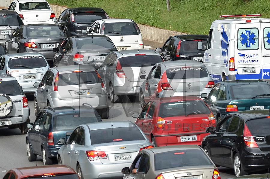 SAO PAULO, 15 DE MARCO DE 2013 - TRANSITO SP - Transito intenso na Avenida 23 de Maio, regiao sul da capital, na manha desta sexta feira, 15. (FOTO: ALEXANDRE MOREIRA / BRAZIL PHOTO PRESS)