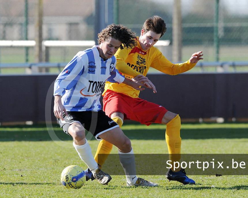 Racing Waregem - Verbroedering Geel Meerhout : Martijn Plessers beschermt de bal voor Dimitri Geldhof (rechts).foto VDB / BART VANDENBROUCKE