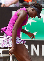 La statunitense Venus Williams  durante il match contro la rumena Simona Halep agli Internazionali d'Italia di tennis a Roma, 14 maggio 2015. <br /> Venus Williams, of the US, reacts during her match against Romania's Simona Halep at the Italian Open tennis tournament in Rome, 14 May 2015.<br /> UPDATE IMAGES PRESS/Riccardo De Luca