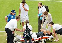 17-6-09, Rosmalen, Tennis, Ordina Open 2009, Raemon Sluiter kijkt bezorgd toe als Baghdatis wordt afgevoerd met een verdraaide knie