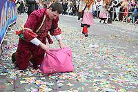 Jede Menge Kamelle werden gehamstert - Rosenmontagsumzug in Mainz