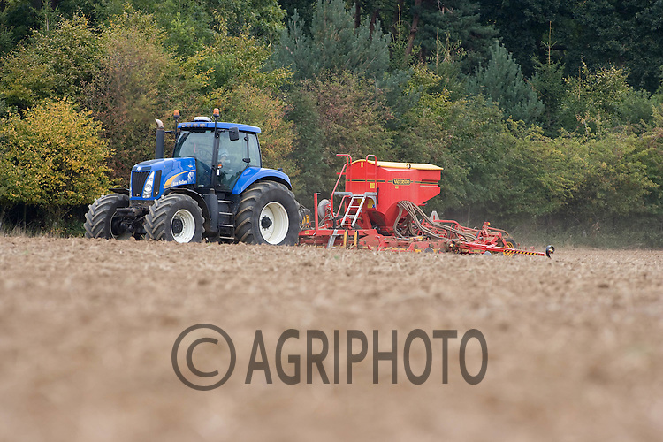 Drilling Winter Barley on Henry Hirst Farms Home Farm,.Uffington,Stamford,Lincolnshire..Picture Tim Scrivener date taken 22nd September  2011 .mobile 07850 303986 e-mail tim@agriphoto.com.....covering Agriculture in The United Kingdom.....