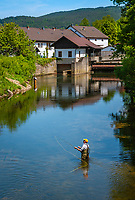 Deutschland, Bayern, Oberpfalz, Naturpark Oberer Bayerischer Wald, Koetztinger Land, Bad Koetzting: Fliegenfischer im Weissen Regen | Germany, Bavaria, Upper Palatinate, Nature Park Upper Bavarian Forest, Bad Koetzting: fly fishing at river White Regen