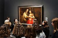 Nederland Amsterdam  2016 03 13.  ING Rijksmuseumdagen. ING organiseert in de weekenden van 12 en 19 maart de ING Rijksmuseumdagen. ING is hoofdsponsor van het Rijksmuseum en streeft ernaar om kunst en cultuur toegankelijk te maken voor een breed publiek. Ruim 8000 klanten brengen gratis een bezoek aan het Rijksmuseum. Zij konden zich opgeven voor speciale rondleidingen en workshops. Bezoekers krijgen uitleg bij het Joodse Bruidje, geschilderd door Rembrandt.  Foto Berlinda van Dam / Hollandse Hoogte