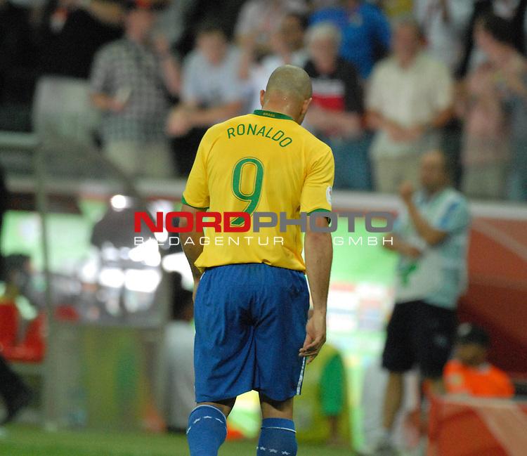 FIFA WM 2006 -  Round of Sixteen - / Viertelfinale <br /> Play    #60 ( 01. Juli) -  Brasilien - Frankreich<br /> <br /> Trauriger Abgang nach der Niederlage durch Ronaldo (BRA)<br /> <br /> Foto &copy; nordphoto