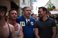 Berlin, Berlins Regierender Bürgermeister Klaus Wowereit (SPD, m.) bei der Eröffnung des schwul-lesbischen Stadtfestes, am Samstag (15.06.13) in Berlin. Foto: Maja Hitij/CommonLens