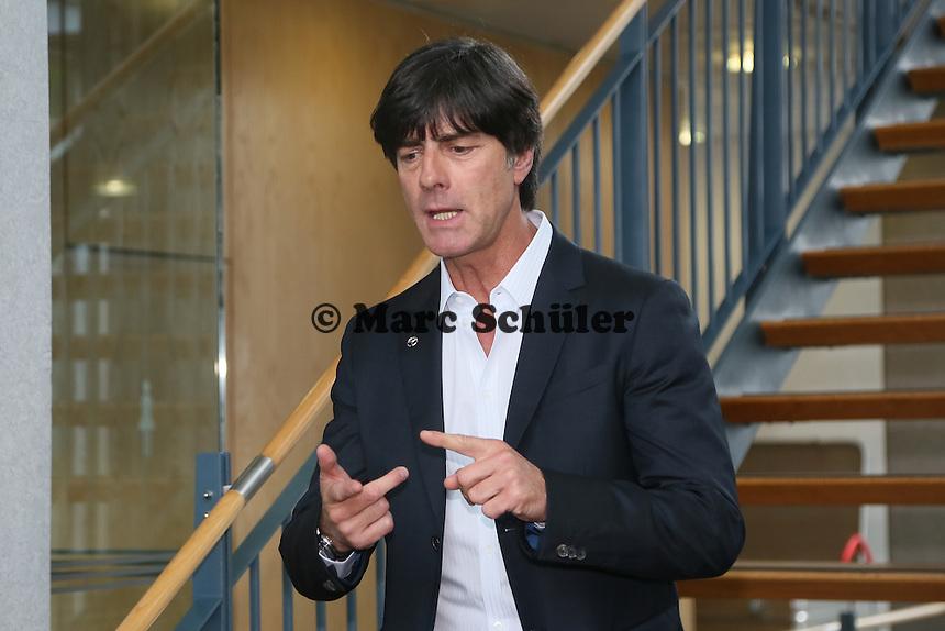 Bundestrainer Joachim Löw kommt zur Pressekonferenz - DFB Kadernominierung für die WM 2014
