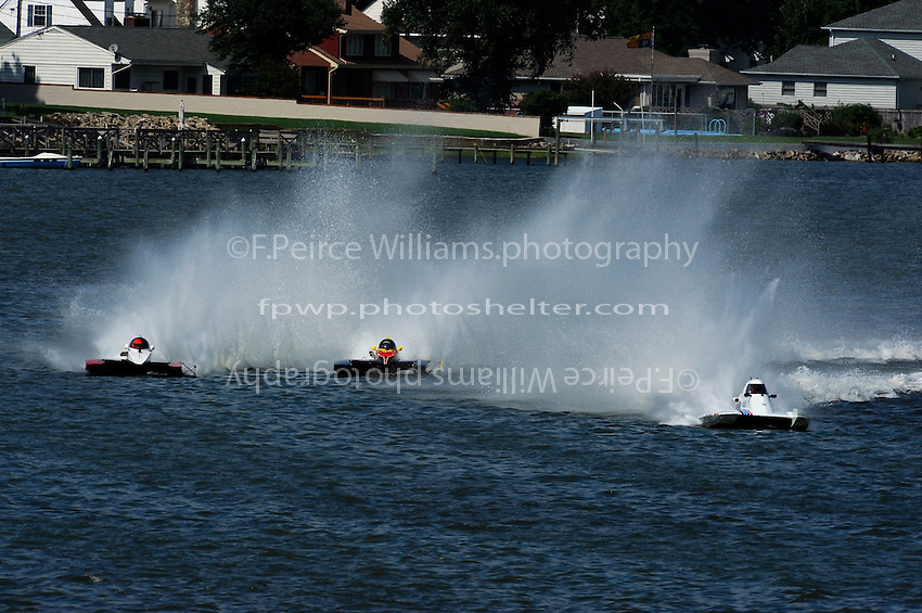 "End of the first lap (L to R): Tom Thompson, A-52 ""Fat Chance IV"", Dan Kanfoush, A-600 ""Mr.Bud"", Jim Aid, A-33 ""In Cahoots Again"", 2.5 Mod class hydroplane"