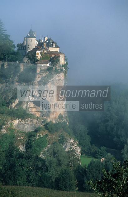 Europe/France/Midi-Pyrénées/46/Lot/Vallée de la Dordogne/Lacave: Brumes matinales sur le château de Belcastel