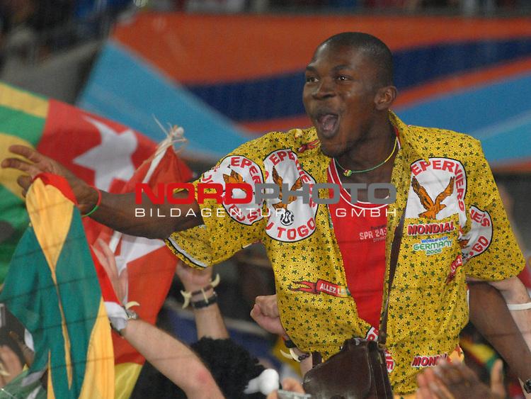 FIFA WM 2006 -  Gruppe G Vorrunde ( Group G )<br /> Play     #45 (23-Jun) - Togo vs Frankreich<br /> <br /> Togolesicher Fan feiert seine Mannschaft nach dem Ausscheiden seiner Mannschaft.<br /> <br /> Foto &copy; nordphoto