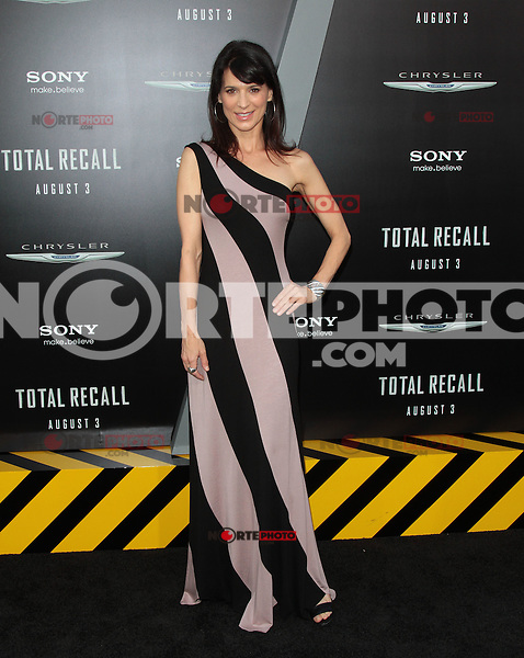 HOLLYWOOD, CA - AUGUST 01: Perrey Reeves at the premiere of Columbia Pictures' 'Total Recall' held at Grauman's Chinese Theatre on August 1, 2012 in Hollywood, California Credit: mpi21/MediaPunch Inc. /NortePhoto.com<br /> <br /> **SOLO*VENTA*EN*MEXICO**<br /> **CREDITO*OBLIGATORIO** <br /> *No*Venta*A*Terceros*<br /> *No*Sale*So*third*<br /> *** No Se Permite Hacer Archivo**<br /> *No*Sale*So*third*