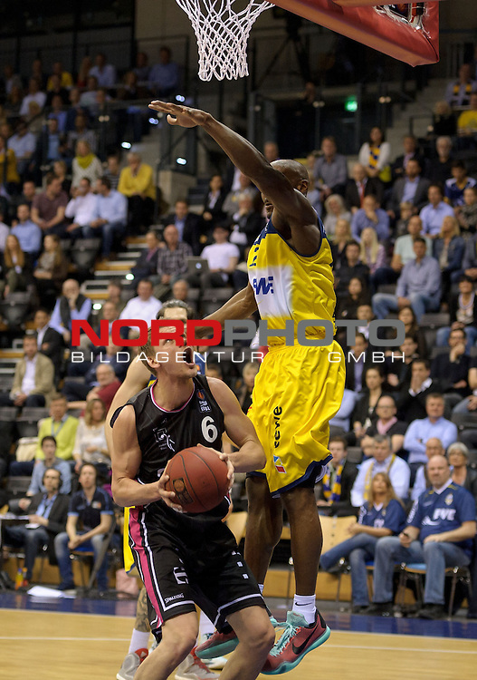 11.04.2015, EWE Arena, Oldenburg, GER, Beko BBL Top Four, Halbfinale, EWE Baskets Oldenburg vs Telekom Baskets Bonn, im Bild Benas Veikalas (Bonn #6), Rickey Paulding (Oldenburg #23)<br /> <br /> Foto &copy; nordphoto / Frisch