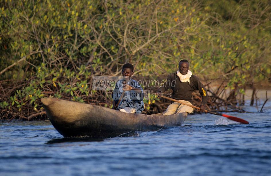 Afrique/Afrique de l'Ouest/Sénégal/Parc National de Basse-Casamance/Niambalal : Pirogue dans les bolons