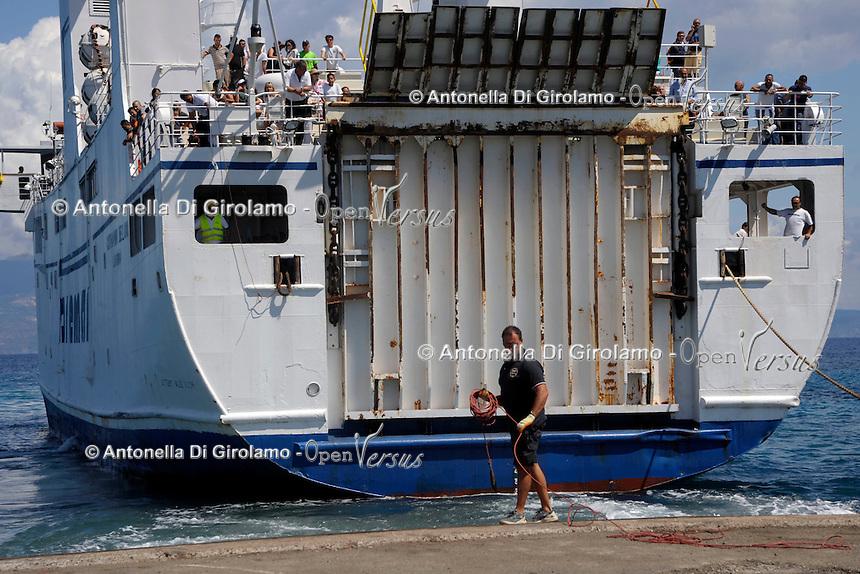 L'arrivo dei turisti. The arrival of tourists.Traghetto Toremar, manovre di ormeggio.Docking maneuvers.