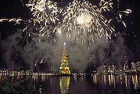 RIO DE JANEIRO, RJ 01 DE DEZEMBRO 2012 - INAGURACAO ARVORE LAGOA - Inauguração com fogos de artifício da árvore de Natal da Lagoa Rodrigo de Freitas, a maior árvore flutuante do mundo chega a sua 17ª edição consecutiva celebrando as estações do ano, algo presente no mundo inteiro, com 85m de altura, a árvore pesa 542 toneladas. FOTO RONALDO BRANDAO / BRAZIL PHOTO PRESS