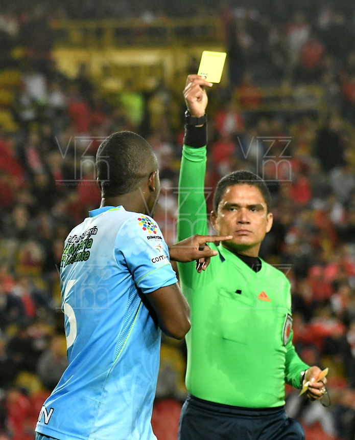 BOGOTA - COLOMBIA - 13 - 05 - 2017: Hervin Otero (Der.), arbitro, muestra tarjeta amarilla a Kevin Londoño (Izq.), jugador de Jaguares F. C., durante partido de la fecha 18 entre Independiente Santa Fe y Jaguares F. C., por la Liga Aguila I-2017, en el estadio Nemesio Camacho El Campin de la ciudad de Bogota. / Hervin Otero (R), referee, shows yellow card to Kevin Londoño (L) player of Jaguares F. C.,  during a match of the date 18th between Independiente Santa Fe and Jaguares F. C., for the Liga Aguila I -2017 at the Nemesio Camacho El Campin Stadium in Bogota city, Photo: VizzorImage / Luis Ramirez / Staff.
