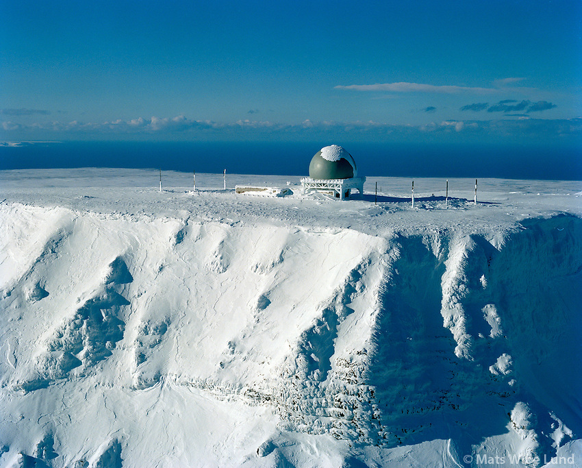 Gunnólfsvíkurfjall séð til vesturs, Ratsjárstöð á toppnum, Langanesbyggð áður Skeggjastaðahreppur   /   Gunnolfsvikurfjall viewing west, Radar station on top,  Langanesbyggd former Skeggjastadahreppur.