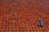 SÃO PAULO, SP, 18 DE JANEIRO DE 2012 - AMISTOSO CORINTHIANS x PORTUGUESA - Torcedores enfrentara muita chuva durante partida amistosa entre Corinthians x Portuguesa, realizado no Estádio Paulo Machado de Carvalho (Pacaembú). FOTO: LEVI BIANCO - NEWS FREE
