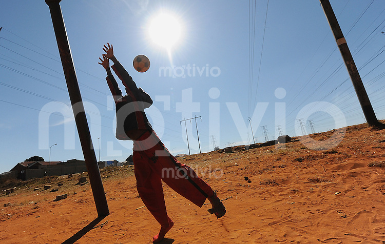 Fussball  International  FIFA Confederations Cup 2009   27.09.2009 Kids spielen Fussball auf  den Strassen von Soweto.