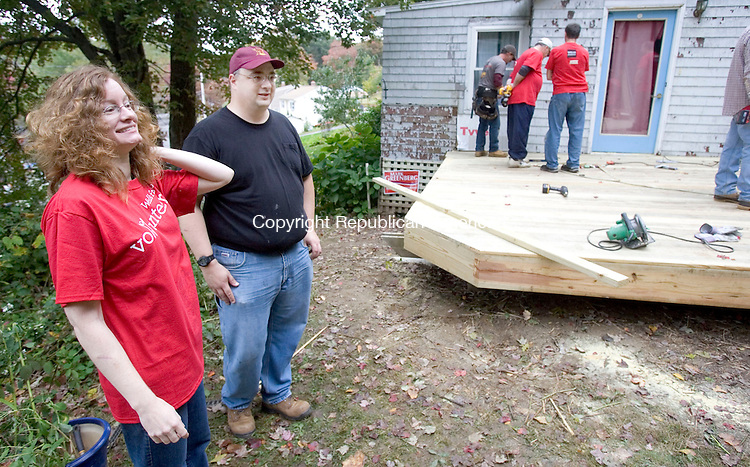 PLYMOUTH CT. 07 October 2014-100714SV06-Homeowners Dave and Heather Folmsbee check out the work being done to their home on Lake Plymouth in Plymouth Tuesday. Rebuilding Together volunteers and Wachovia Bank volunteers were helping remodel the home for the homeowners. <br /> Steven Valenti Republican-American