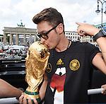 15.07.2015, Brandenburger Tor, Fanmeile, Berlin, Ankunft der deutschen Nationalmannschaft,   <br /> <br /> WM Mannschaft auf der Fanmeile am Brandenburger Tor <br /> <br /> Mesut Oezil <br /> <br /> Foto &copy; nordphoto