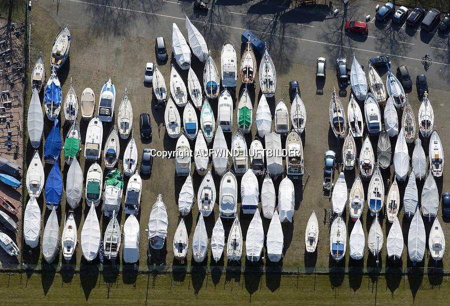 Segelboote warten auf den Frühling: EUROPA, DEUTSCHLAND, SCHLESWIG- HOLSTEIN, (GERMANY), 28.03.2017: Segelboote warten auf den Frühling, Boote werden für die Saison fit gemacht im Yachthafen Wedel