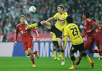 Fussball Bundesliga Saison 2011/2012 13. Spieltag FC Bayern Muenchen - Borussia Dortmund V.l.: Thomas MUELLER (FCB), Sven BENDER (BVB), Shinji KAGAWA (BVB), Luiz GUSTAVO (FCB).