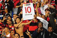 ATENCAO EDITOR: FOTO EMBARGADA PARA VEÍCULOS INTERNACIONAIS. - RIO DE JANEIRO, RJ, 26 DE SETEMBRO DE 2012 - CAMPEONATO BRASILEIRO - FLAMENGO X ATLETICO MG - Torcida do Flamengo protesta contra Ronaldinho Gaucho, antes da partida contra o Atletico MG, pela 14a rodada do Campeonato Brasileiro, no Stadium Rio (Engenhao), na cidade do Rio de Janeiro, nesta quarta, 26. FOTO BRUNO TURANO BRAZIL PHOTO PRESS