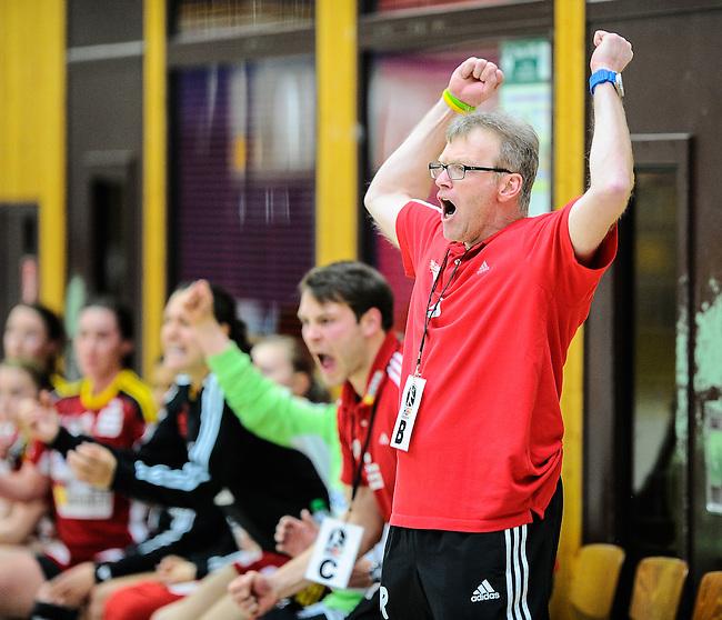 BENSHEIM, DEUTSCHLAND - MAERZ 15: 2. Spieltag in der Abstiegsrunde der Handball Bundesliga Frauen (HBF) in der Saison 2013/2014 zwischen dem Tabellenletzten HSG Bensheim/Auerbach (rot) und dem Tabellenersten der Abstiegsrunde, der HSG Blomberg-Lippe (blau) am 15. Maerz 2014 in der Weststadthalle Bensheim, Deutschland. Endstand 29:32. (16:15)<br /> (Photo by Dirk Markgraf/www.265-images.com) *** Local caption *** Trainer Helmut Richter von der HSG Bensheim/Auerbach