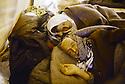 Turquie 1991.Les réfugiés kurdes sur la frontière: un vieux couple exténué dans un dispensaire.Turkey 19991.Kurdish refugees on the border: an exhausted old couple in an health center