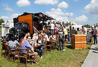 Festival in Amsterdam, De Rollende Keukens.  Rijdende keukens waar bijzondere snacks worden verkocht, zoals koreaanse snacks of vegetarische gyros. Bezoekers van het evenement. Smokey Goodness BBQ