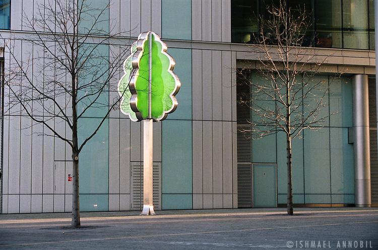 TREE LAMP, LONDON BRIDGE