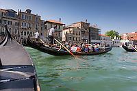 Italie, Vénétie, Venise:    Gondoles sur le Grand Canal // Italy, Veneto, Venice: