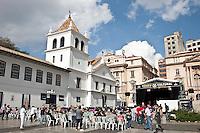 SAO PAULO, SP, 06 DE MAIO 2012 – PATEO DO COLEGIO, VIRADA CULTURAL<br /> Na foto publico acompanha peça teatral no pateo do colegio, na 8º edição da virada cultural do estado de Sao Paulo.<br /> FOTO: VAGNER CAMPOS / BRAZIL PHOTO PRESS.