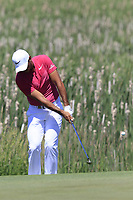 Jason Day (AUS) chips onto the 1st green during Thursday's Round 1 of the 117th U.S. Open Championship 2017 held at Erin Hills, Erin, Wisconsin, USA. 15th June 2017.<br /> Picture: Eoin Clarke | Golffile<br /> <br /> <br /> All photos usage must carry mandatory copyright credit (&copy; Golffile | Eoin Clarke)