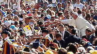Papa Francesco saluta i fedeli al suo arrivo all'udienza generale del mercoledi' in Piazza San Pietro, Citta' del Vaticano, 4 settembre 2013.<br /> Pope Francis greets faithful as he arrives for his weekly general audience in St. Peter's Square at the Vatican, 4 September 2013.<br /> UPDATE IMAGES PRESS/Isabella Bonotto<br /> <br /> STRICTLY ONLY FOR EDITORIAL USE