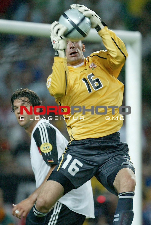 Europameisterschaft 2004 Portugal<br /> <br /> Deutschland vs Tschechien 1:2<br /> <br /> Stand in der zweiten Haelfte immer wieder im Mittelpunkt: Tschechiens Torwart Jaromir Blazek<br /> <br /> Foto &copy; nordphoto<br /> <br /> <br /> <br /> Gemaess Auflage der UEFA duerfen saemtliche Bilder von der EURO 2004 nicht fuer MMS Dienste oder sonstige Dienste via Mobiltelefon oder mit PDAs genutzt werden.<br /> <br /> <br /> <br /> <br /> <br />  *** Local Caption *** Foto ist honorarpflichtig! zzgl. gesetzl. MwSt.<br /> <br />  Belegexemplar erforderlich<br /> <br /> Adresse: nordphoto<br /> <br /> Georg-Reinke-Strasse 1<br /> <br /> 49377 Vechta<br /> <br /> Telefon: 04441-89400 / Fax: 04441-894022