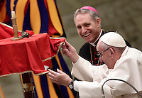 Papa Francesco assiste all'esibizione di un artista del Golden Circus al termine dell'Udienza Generale del mercoled&igrave; in Aula Paolo VI in Vaticano, 28 dicembre 2016.<br /> Pope Francis looks at a performance of a member of the Golden Circus at the end of his weekly general audience in Paul VI Hall at the Vatican on December 28, 2016.<br /> UPDATE IMAGES PRESS/Isabella Bonotto<br /> <br /> STRICTLY ONLY FOR EDITORIAL USE